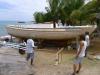 Båtbygge i Windward, norra sidan av ön. Denna ska segla Antigua classic regatta om två veckor och ska göra 20 knop...