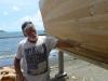 Norska båtbyggaren Björn från Carmencita inspekterar träarbetet.
