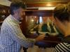 Tredje generationen Peter guidar på Café Sports scrimshaw museum (etsade valtänder)